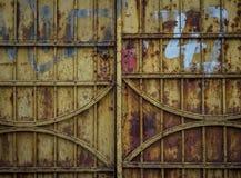 La porta del ferro di costruzione dilapidata in una città immagine stock