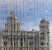 La porta dell'edificio di Liverpool riflessa Immagini Stock