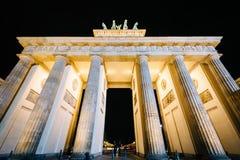 La porta di Brandeburgo alla notte, a Berlino, la Germania Fotografie Stock
