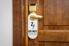 La porta di camera di albergo con il segno non disturba prego immagine stock