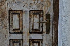 La porta di legno è chiusa su un muro di mattoni di pietra immagini stock libere da diritti