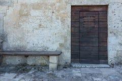 La porta di legno d'annata invecchiata su costruzione di pietra frana Matera, verso sud Fotografia Stock