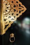 La porta di legno nera con il materiale del metallo dell'oro Immagine Stock Libera da Diritti