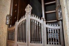 La porta di legno scorrevole antiquata tradizionale in Canton, Cina dei pali Fotografia Stock