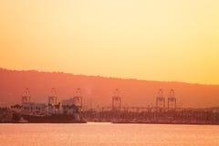 La porta di Long Beach al crepuscolo, visualizzazione dal mare, U.S.A. Immagine Stock