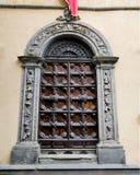 La porta di una chiesa a Lucca, Italia immagini stock libere da diritti