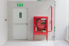 La porta ed il fuoco dell'uscita di sicurezza estinguono l'attrezzatura Immagine Stock Libera da Diritti