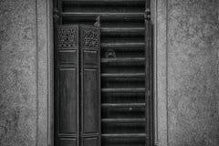 La porta lunga di legno tradizionale di viaggio di architettura lingnan di stile Fotografie Stock