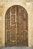 La porta molto rustica ha messo in un vecchio muro di mattoni Immagine Stock