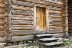 La porta nella fortezza di legno Fotografia Stock
