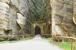 La porta in repubblica Ceca di Skalne Mesto Adrspach fotografie stock
