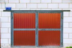 La porta rossa del garage Porta rossa del metallo immagine stock libera da diritti