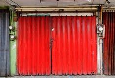 La porta rossa di vecchia casa a Quezon City a Manila, Filippine Fotografia Stock