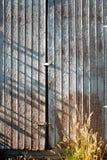 La porta stagionata della tettoia Fotografie Stock