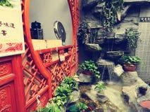 La porta in un ristorante di tradictional a Pechino Hutong (a Pechino) Fotografia Stock