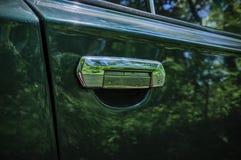 La porta verde di vecchia automobile La maniglia di porta dell'automobile Fotografia Stock