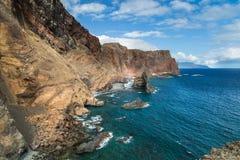 La portata dell'Oceano Atlantico e le alte rocce giallo-rosse hanno acceso i wi Fotografie Stock