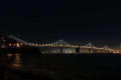 La portata occidentale del ponte della baia di Oakland alla notte Fotografie Stock Libere da Diritti