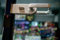 La porte à l'enregistrement de studio par lequel surveille images stock