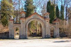 La porte au vieux cimetière rural en Estonie photos libres de droits