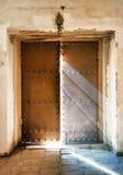 La porte d'église presque proche avec les rayons légers tombant vers le bas du Photo stock
