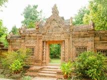 La porte d'entrée est faite en brique orange d'un parc photographie stock
