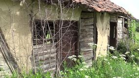 La porte d'entrée sur le vieux cottage abandonné banque de vidéos