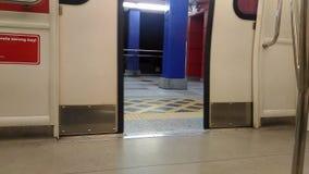 La porte d'un train léger de rail banque de vidéos