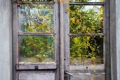 La porte d'une maison abandonnée image libre de droits