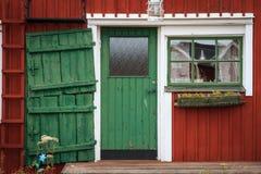 La porte dans une maison suédoise traditionnelle de pêche sur la côte baltique Photo stock