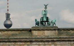 La Porte de Brandebourg et le Fernsehturm, Berlin, Allemagne Image stock