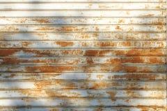 La porte de garage a dépouillé la texture, fond rouillé de texture de panneau en métal photos libres de droits