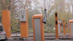 La porte de levage de route de porte automatique de barrière ouvre et passe la voiture banque de vidéos