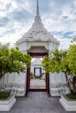 La porte de Loha Prasart ou de ch?teau en m?tal chez Wat Ratchanadda ? Bangkok, Tha?lande photos stock