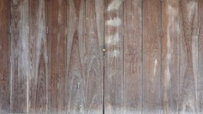 La porte de pliage en bois de cru est fond brun étroit de ton de couleur images libres de droits