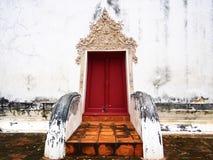 La porte du vieux temple chez Wat-chom-phu-wek Thaïlande Photographie stock