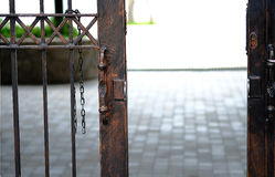 La porte en acier est ouverte photo stock