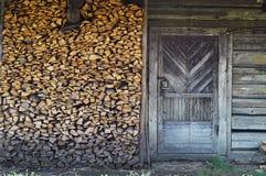 La porte en bois authentique sur le fond du bois de chauffage, concept des objets authentiques dans le sauvage, copient l'espace images stock