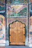 La porte en bois découpée dans un monastère de Troyan de temple en Bulgarie Images libres de droits