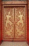 La porte en bois découpe dans un temple Image stock