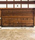 La porte en bois de la réserve d'une maison de vintage Photos libres de droits