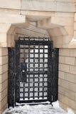 La porte en métal dans le mur Photographie stock