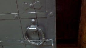 La porte en métal du vieux château en Lithuanie GH4 4K UHD banque de vidéos