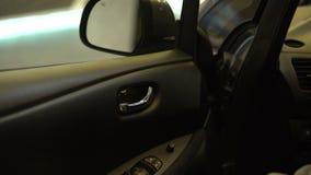La porte fermante de propriétaire de voiture, conducteur étant prêt pour le voyage, acheteur essayent, louent clips vidéos