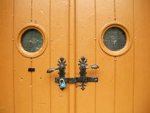 La porte fermée avec deux a arrondi de petites fenêtres Images stock
