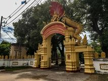 La porte jaune et rouge d'entrée à Wat That Phoun dans le Laotien de Vientiane photo libre de droits