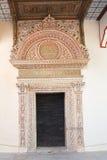 La porte la plus ancienne Demir portail Kapy dans le palais de Khan Images libres de droits