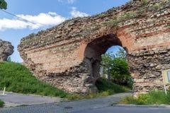 La porte occidentale du mur romain de ville de Diocletianopolis, ville de Hisarya, Bulgarie Photographie stock libre de droits