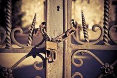 La porte rouillée en métal s'est fermée avec le cadenas - image de concept image stock