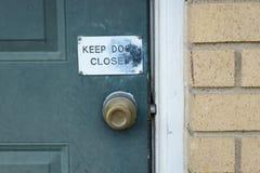 La porte verte avec gardent le signe fermé par porte photographie stock